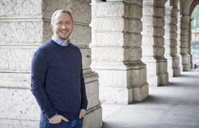 Portrait stehend von Timo Enderle Inhaber von FlugGenuss Hypnosetherapie in Augsburg