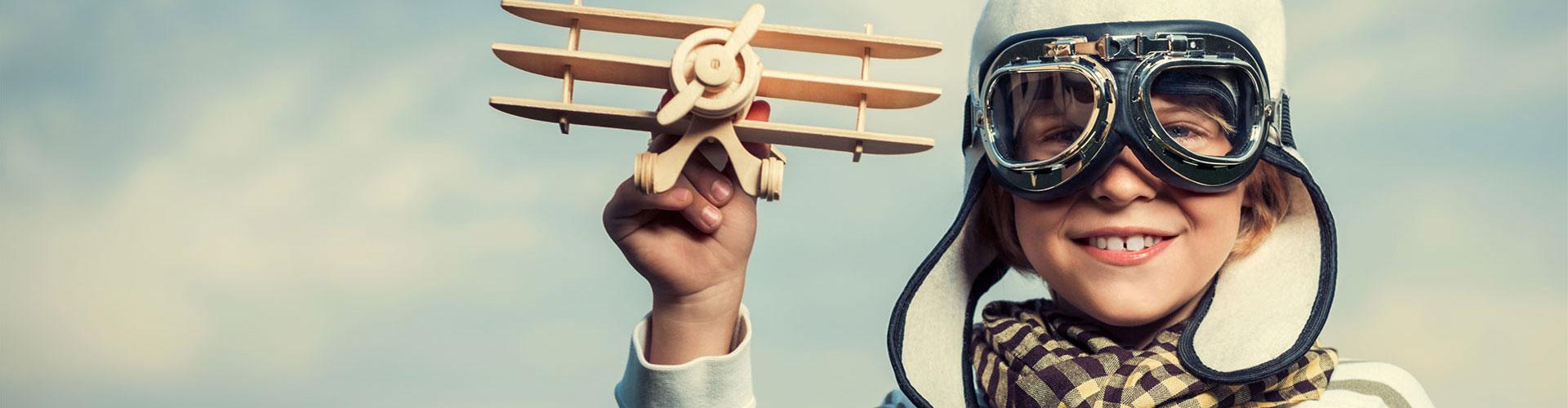 Hypnosetherapie gegen Flugangst | Junge mit Spielzeug-Flugzeug